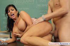 Zijn lerares zuigt de dikke piemel en laat zichzelf door de jongeman berijden
