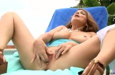 In de buitenlucht masturbeert de hoerige milf haar kletsnatte flamoes