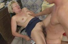Deze rijpe vrouw laat haar mondje en vochtige flamoes penetreren