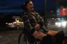 Naakt in de rolstoel