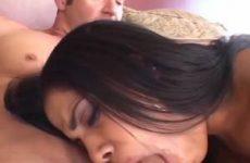 Zijn grote slappe lul krijgt van de Ebony een pijp beurt en komt in haar mond klaar