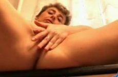 Mastuberende huisvrouw in sexy lingerie