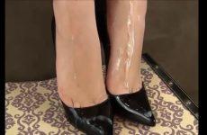 Sperma over haar wellustig voetjes in hoge hakken