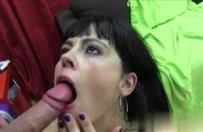 De moeder laat haar snoet vol cum ejaculeren door de jongeman