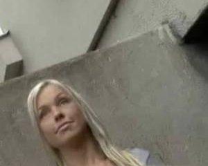 Knap blondje laat ondeugend op staat haar borstjes zien