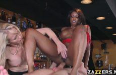 De ebony pijpt en word anal geketst waarna het blondje een beurt krijgt