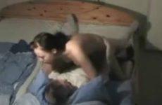 Getinte meid laat zich opnemen tijdens het neuken
