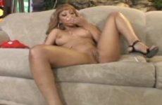 Voor de camera kleed de Ebony zich uit en vingert haar kale kut