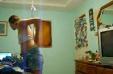 Blonde meid wordt stiekem gefilmd na het douchen
