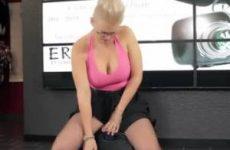 Blonde milf met dikke tieten berijdt sybian seks machine