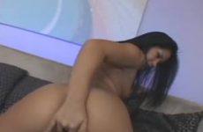 Na de striptease vingert de Aziatische tot ze een orgasme krijgt