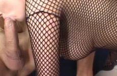 Na de pijpbeurt krijgt dit blondje haar grote tieten vol sperma
