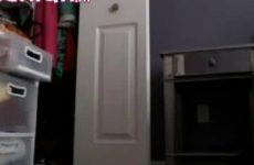 Mastuberen voor de webcam met een knuppel en een haar borstel