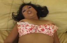Liggend in sexy lingerie mastubeerd ze haar kale kut