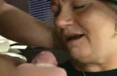 Oude dame verwend door man hoer