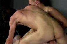 Twee jongens misbruiken de vastgebonden jongen sexueel