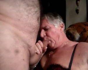 Bejaarde tranny zuigt lekker aan een lul