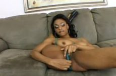 Geile lenige Ebony mastubeerd tot een orgasme