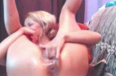 Schattig webcam meisje neukt haar kut met de microfoon vibo
