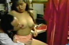 Chinees speelt met borsten
