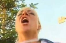 Blondine wil de pik van de tuinman