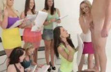 De geile studentjes bezorgen het mannelijke naakt model een stijve lul