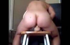 Het geilt hem op als hij filmt hoe zijn vrouw op een dildo wipt