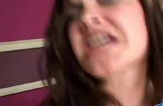 De grote zwarte lul spuit haar gezicht vol met sperma