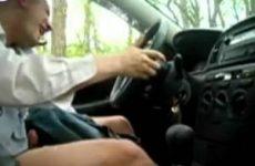 Betrapt terwijl hij zich aftrekt in de auto