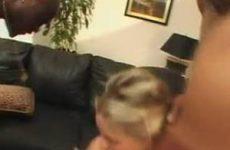 Twee grote negers neuken een blond sletje