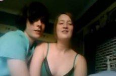 Tiener ontkleedt zich voor de webcam