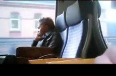 Hij trekt zich af in de trein terwijl er mensen naast hem zitten